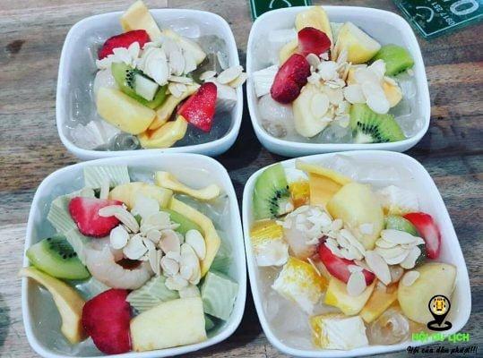 Chè khúc bạch Thanh với nhiều loại trái cây thơm ngon.