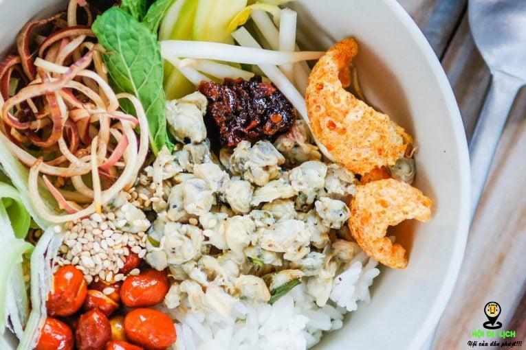 Cơm hến là món ăn nổi tiếng ở Huế