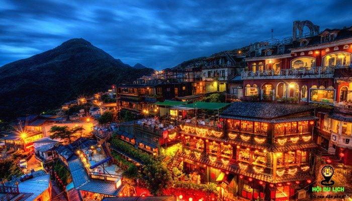 Về đêm, ngôi làng trông rực rỡ hơn rất nhiều