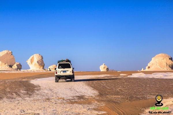 Sa mạc Trắng là địa điểm du lịch cho những ai thích mạo hiểm.