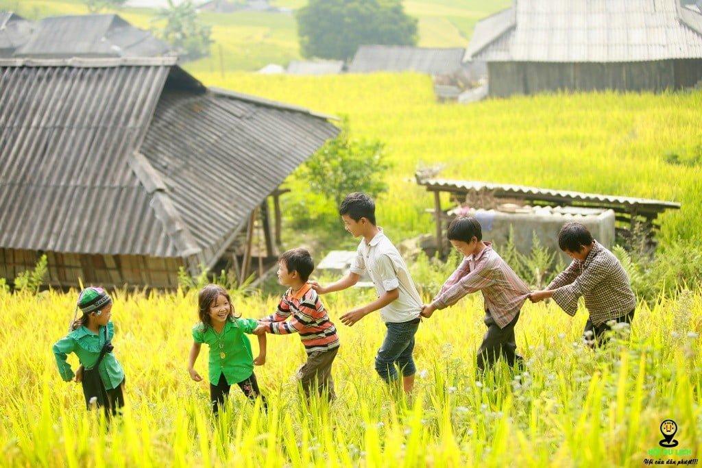 Trẻ em vùng cao hồn nhiên rạng rỡ khi vui chơi