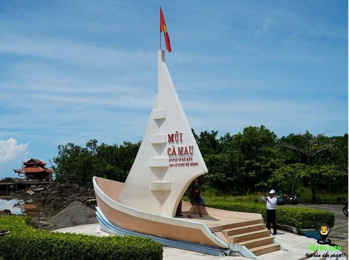 Pano hình con tàu hướng ra biển Đông