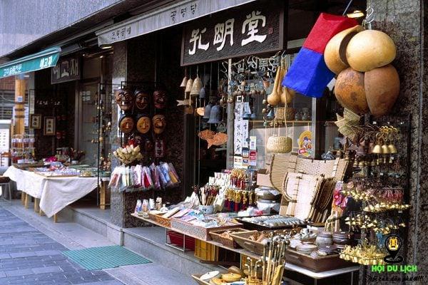 Những mặt hàng thủ công được bày bán tại Insadong