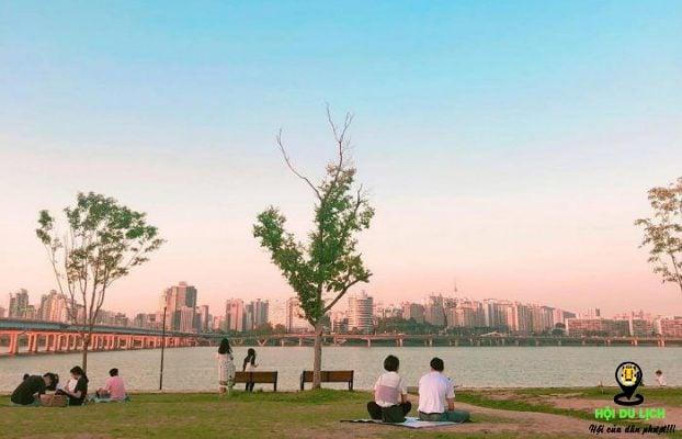 Sông Hàn là nơi nghỉ ngơi cho người dân bản địa vào dịp cuối tuần.