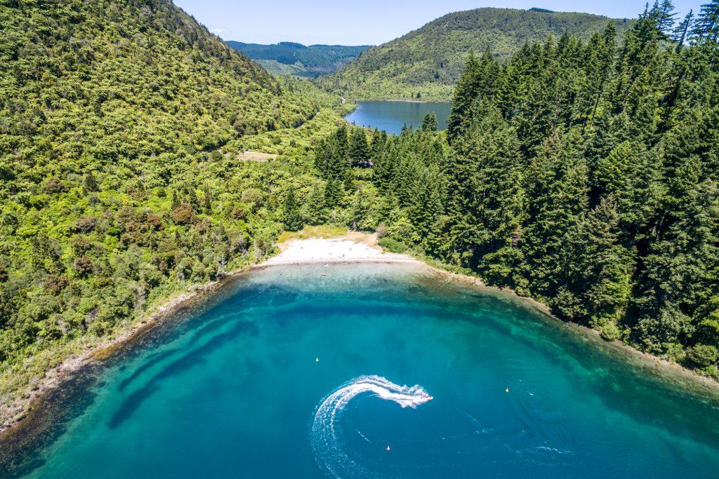 Du lịch tại hồ nước Blue Lake bằng cách nào an toàn nhất?