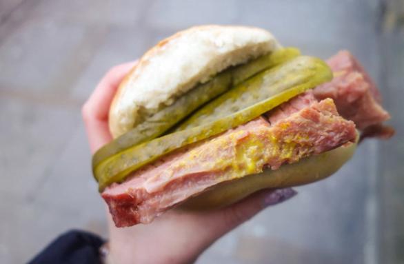 Món bánh mì tròn kẹp thịt bò muối ngon ở Anh ( ảnh sưu tầm)