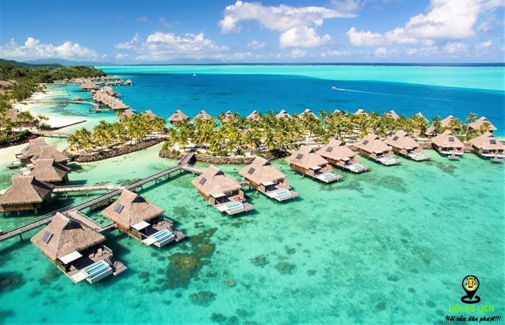 Một cảnh xinh đẹp của những căn bungalow trên biển tại Bora Bora