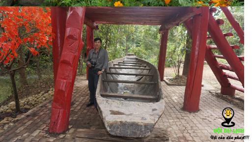 Chiếc thuyền độc mộc lớn nhất Việt Nam ở Troh Bư (ảnh sưu tầm)