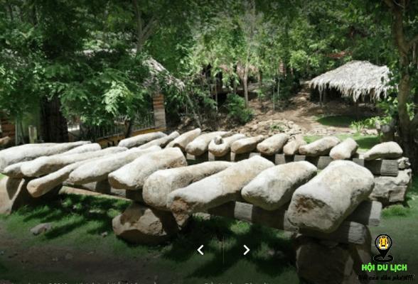 Dàn chiêng đá cổ ở khu du lịch Troh Bư ( ảnh sưu tầm)