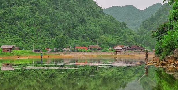 Hồ Pác Mỏ với vẻ đẹp yên bình (ảnh sưu tầm)
