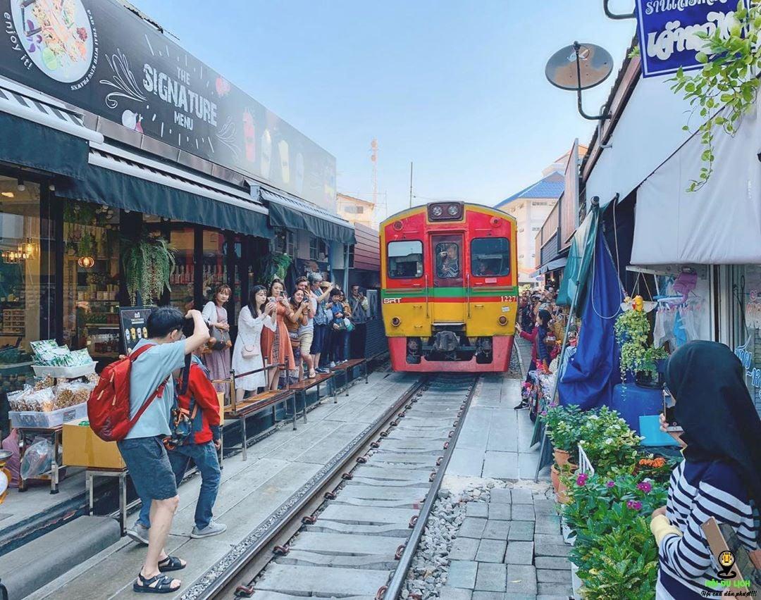 Chợ đường ray Meaklong trải nghiệm du lịch mới lạ