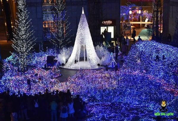 Phố đi bộ Nguyễn Huệ là tụ điểm cho mọi người tận hưởng không khí Noel