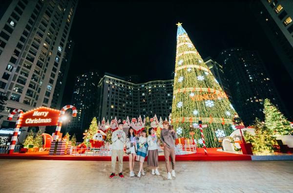 Cây thông Noel khổng lồ, dàn ánh sáng lộng lẫy ngay trung tâm quảng trường Royal City