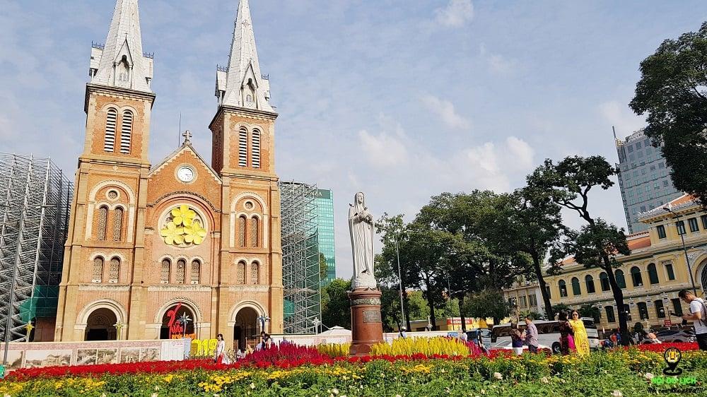 Một trong những địa điểm nên đi vào tết chính là nhà thờ Đức Bà