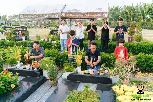 Thăm mộ tổ tiên